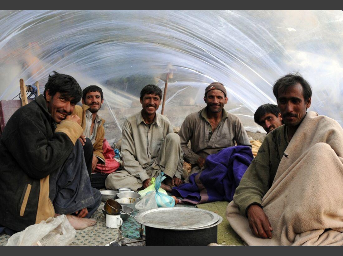 KL-Kaltenbrunner+Dujmovits-2x14-8000er-5-PakistanischeTraeger (jpg)